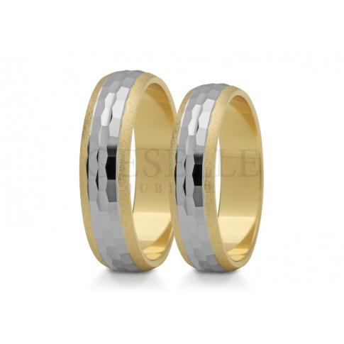 Bogato zdobione dwubarwne obrączki ślubne w złocie z geometrycznym wzorem zdobiącym środek
