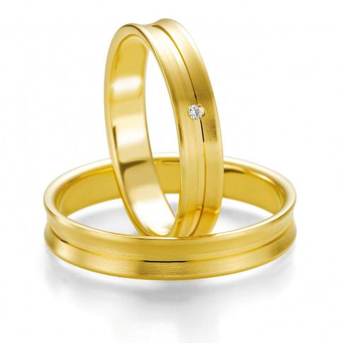 Delikatny komplet obrączek ślubnych z żółtego złota z delikatną linią wokół obrączek i lśniącym brylantem
