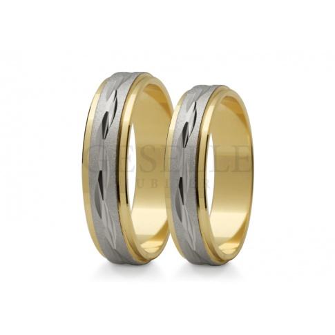 Wielobarwne obrączki ślubne - duet białego i żółtego kruszcu z oryginalnym zdobieniem
