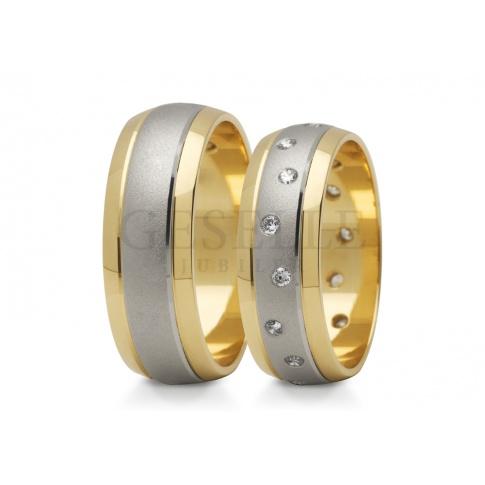 Półokrągłe obrączki ślubne z błyszczącymi brzegami z żółtego złota i matowym środkiem z białego kruszcu i cyrkoniami