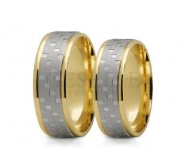 Ozdobne obrączki ślubne z białego i żółtego złota - delikatne rzędy matowych linii i polerowane oczka