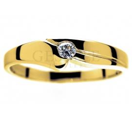 Pierścionek z żółtego złota pr. 585 z pięknym, białym brylantem o masie 0,09 ct idealny na zaręczyny i rocznice