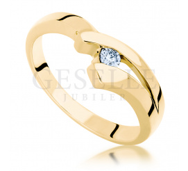 Wyjątkowy pierścionek z żółtego złota z brylantem o masie 0.06 ct - idealny na oryginalne oświadczyny