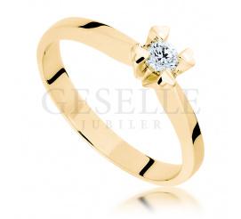 Romantyczny pierścionek zaręczynowy z żółtego złota: cztery serca i brylant o masie 0.11 ct