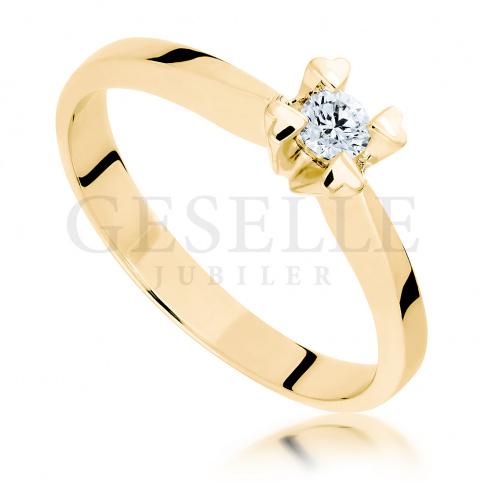 Romantyczny pierścionek zaręczynowy z żółtego złota: cztery serca i brylant o masie 0.10 ct