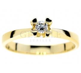 Romantyczny pierścionek zaręczynowy z żółtego złota: cztery serca i brylant o masie 0,11 ct