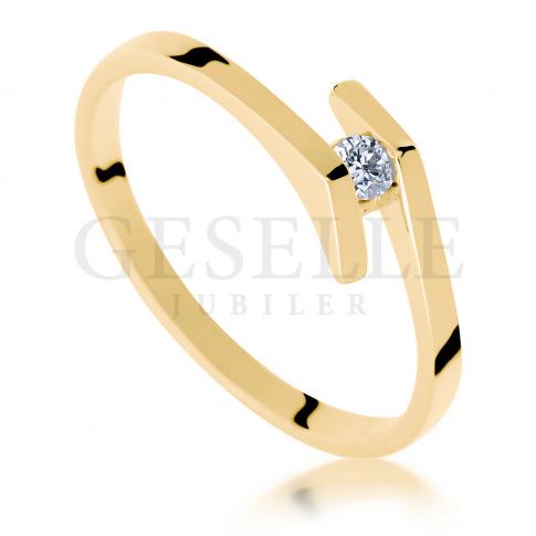 Niezwykły pierścionek zaręczynowy z żółtego złota z białym brylantem o masie 0.05 ct