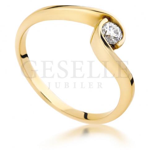 Tradycja z nutą nowoczesności - pierścionek na zaręczyny z lśniącym brylantem 0.15 ct
