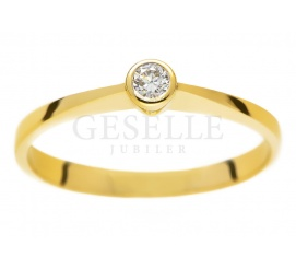 Oryginalny pierścionek na zaręczyny z żółtego złota z brylantem 0.07 ct