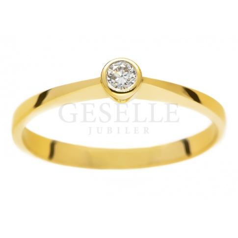 Oryginalny pierścionek na zaręczyny z żółtego złota z brylantem 0.08 ct
