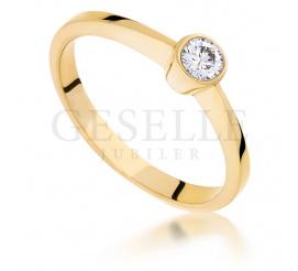 Niebanalny, złoty pierścionek zaręczynowy z brylantem o masie 0,16 ct