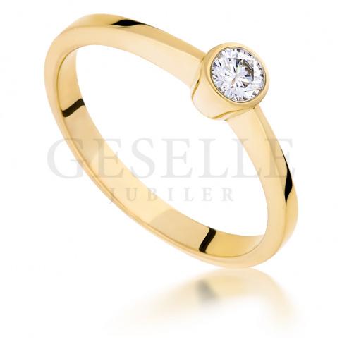 Niebanalny, złoty pierścionek zaręczynowy z brylantem o masie 0.15 ct