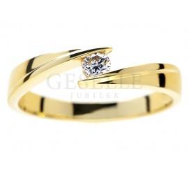 Wyjatkowy pierścionek zaręczynowy: żółte złoto pr. 585 i brylant 0.12 ct - nowoczesny model od GESELLE Jubiler