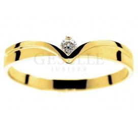 Nowoczesny, złoty pierścionek zaręczynowy z brylantem 0.06 ct  o wyjątkowym kształcie diademu