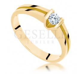 Nowoczesny pierścionek zaręczynowy z żółtego złota z brylantem o masie 0.14 ct