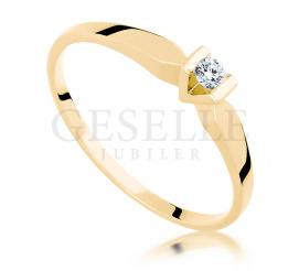 Złoty pierścionek zaręczynowy z rodowaną koroną i brylantem 0.06 ct