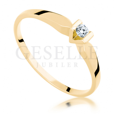 Złoty pierścionek zaręczynowy z rodowaną koroną i brylantem 0.07 ct