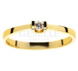 Subtelny pierścionek zaręczynowy z żółtego złota 14K z brylantem o masie 0,06 ct
