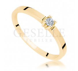 Delikatny, złoty pierścionek zaręczynowy z brylantem 0.05 ct - pełna uroku biżuteria