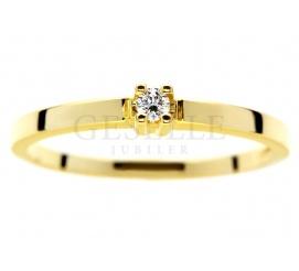 Delikatny, złoty pierścionek zaręczynowy z brylantem 0,04 ct - pełna uroku biżuteria od GESELLE Jubiler