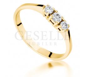 Olśniewający pierścionek zaręczynowy z żółtego złota z 3 brylantami o masie 0.18 ct