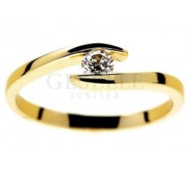 Modny, nowoczesny pierścionek ze złota 14K z brylantem o masie 0.14 ct - hit w kolekcji GESELLE Jubiler