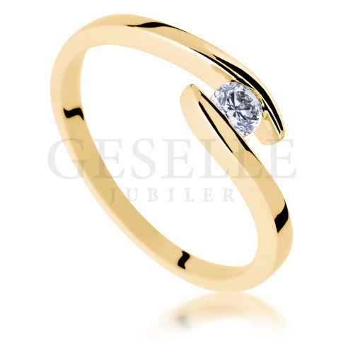 Modny, nowoczesny pierścionek ze złota z brylantem o masie 0.15 ct