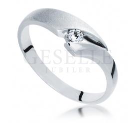 Delikatny pierścionek zaręczynowy z 14-karatowego, białego kruszcu z wiecznym brylantem 0.07 ct