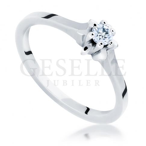 Zaręczyny w klasycznym stylu - elegancki pierścionek z białego kruszcu z brylantem 0.12 ct
