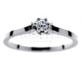 Zaręczyny w klasycznym stylu - elegancki pierścionek z białego kruszcu pr. 585 z brylantem 0.12 ct