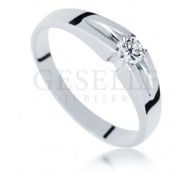 Delikatny pierścionek z białego złota z oryginalnie oprawionym brylantem 0.13 ct