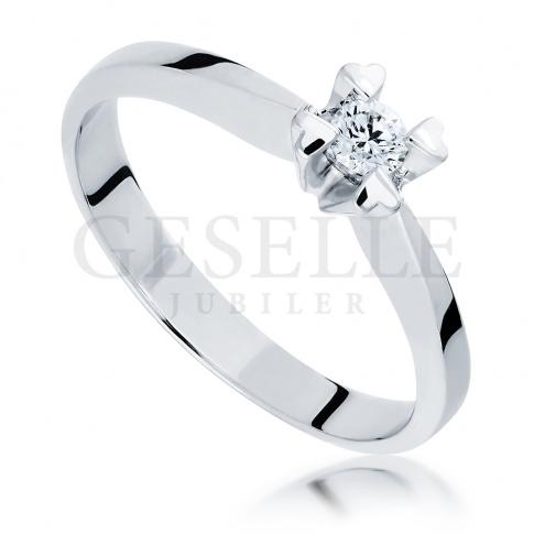 Niezwykły pierścionek z białego złota z brylantem 0.10 ct w oryginalnej oprawie z serc