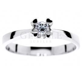 Niezwykły pierścionek z białego złota z brylantem 0.11 ct w oryginalnej oprawie z serc