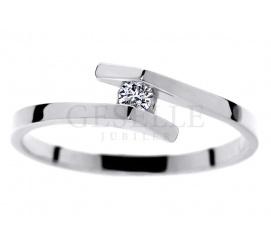 Oryginalny pierścionek na zaręczyny z białego złota pr. 585 z brylantem 0.05 ct