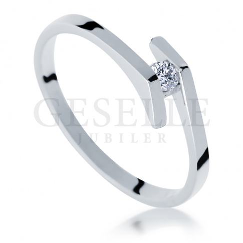 Oryginalny pierścionek na zaręczyny z białego złota z brylantem 0.05 ct