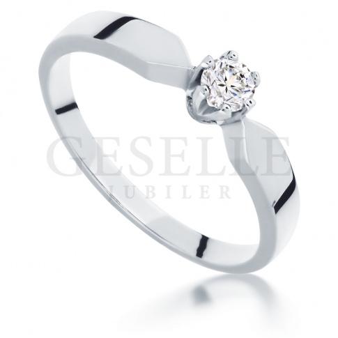 Klasyczny i elegancki pierścionek z białego złota z brylantem 0.15 ct