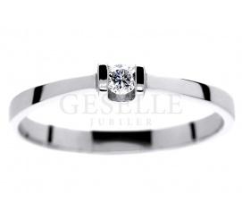 Delikatny pierścionek z białego złota z brylantem 0,06 ct - dla romamtycznej i subtelnej Damy