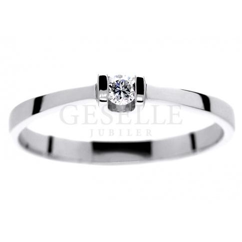 Delikatny pierścionek z białego złota z brylantem 0.06 ct - dla romantycznej i subtelnej Damy