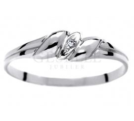 Delikatny pierścionek w romantycznym stylu wykonany z białego złota z brylantem 0,01 ct