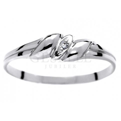 Delikatny pierścionek w romantycznym stylu wykonany z białego złota z brylantem 0.01 ct