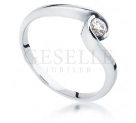 Symbol miłości z białego kruszcu - pierścionek zaręczynowy z pełnym blasku brylantem 0,14 ct