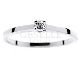 Subtelny pierścionek zaręczynowy z pełnym blasku brylantem w duecie z białym złotem