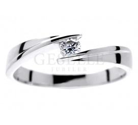 Elegancki pierścionek zaręczynowy z pełnym blasku brylantem 0.12 ct w towarzystwie białego złota