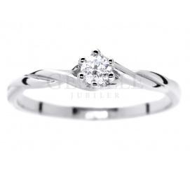 Delikatny pierścionek z białego kruszcu z pełnym blasku brylantem 0,11 ct