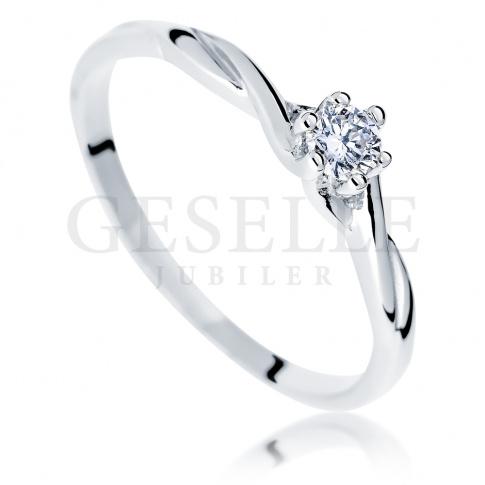 Delikatny pierścionek z białego kruszcu z pełnym blasku brylantem 0.10 ct