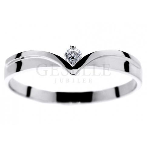 Wyjątkowy pierścionek z białego złota w kształcie diademu z lśniącym brylantem 0.06 ct