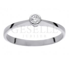 Klasyczny i dyskretny - pierścionek zaręczynowy z białego, 14-karatowego kruszcu z brylantem 0,08 ct