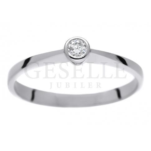 Klasyczny i dyskretny - pierścionek zaręczynowy z białego, kruszcu z brylantem 0.08 ct