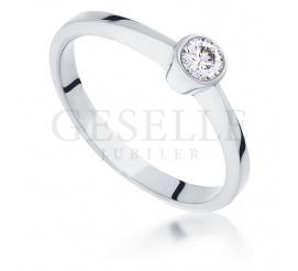 Nowoczesny pierścionek zaręczynowy z białego złota z brylantem 0,16 ct