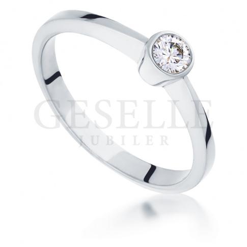 Nowoczesny pierścionek zaręczynowy z białego złota z brylantem 0.15 ct